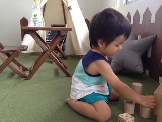 積木で遊ぶ