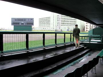 那覇市営奥武山野球場(沖縄セルラースタジアム那覇)の一塁側ダッグアウト