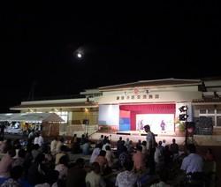 満月と観客