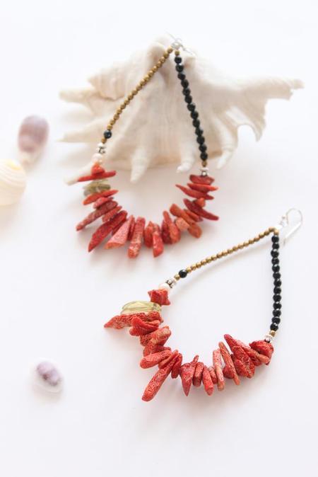 Necklaces イソバナ, 金珊瑚, ターコイズ, 枝珊瑚, オニキス 他. Bracelets イソバナ, ターコイズ, オニキス, 桃珊瑚, パール 他